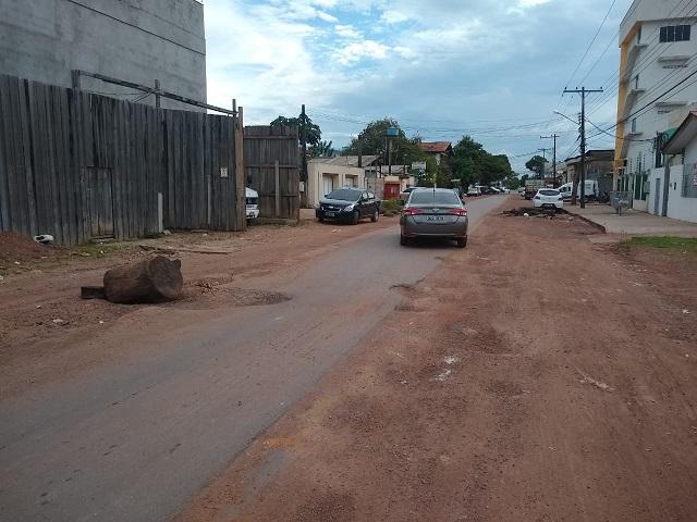 Trecho com apenas 'filete' de asfalto transtorna moradores e motoristas