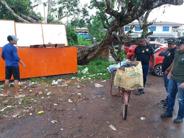 Transportadores de lixo são multados por descarte irregular