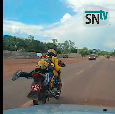 """Mototaxista """"Superman"""" se arrisca em rodovia do Amapá"""