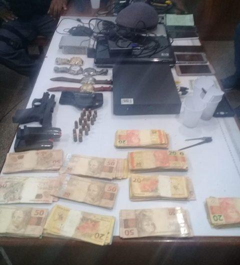 Bandidos são presos após roubo de R$ 50 mil e arma da casa de militar