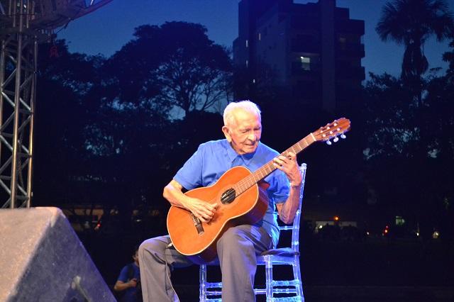 """""""Até hoje estou aprendendo a tocar violão"""", diz mestre Nonato Leal, aos 92 anos"""