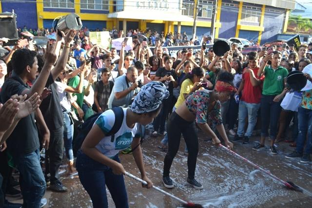 Estudantes lavam pátio do Setap em ato contra o aumento da tarifa