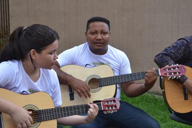 Morador de residencial realiza sonho de aprender violão