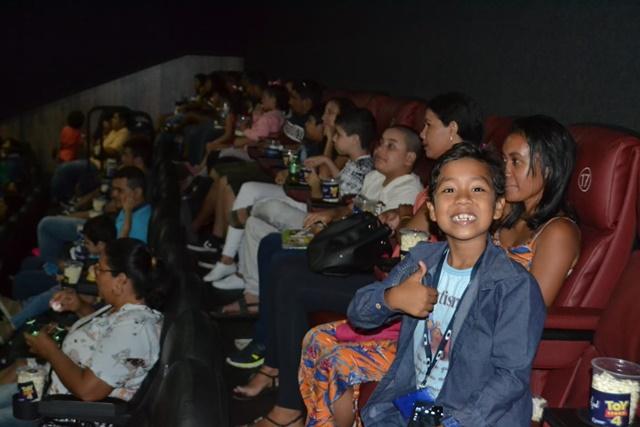 Crianças autistas participam pela 1ª vez de sessão de cinema adaptada
