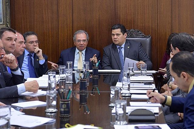 Davi e Guedes debatem descentralização de recursos para estados e municípios