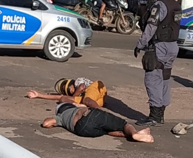 Tentando fugir na contramão, suspeitos provocam colisão com picape
