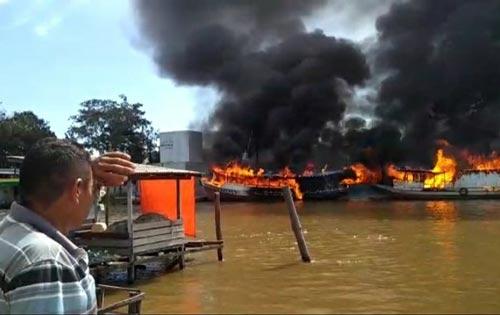 Explosão e incêndio destroem 7 embarcações e deixam 2 feridos