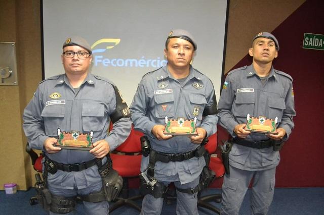 """""""Deus nos dá força para ajudar as pessoas"""", diz sargento ao receber bíblia e troféu"""