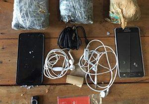 Drogas e celulares são encontrados em fundo falso de lixeira no Iapen
