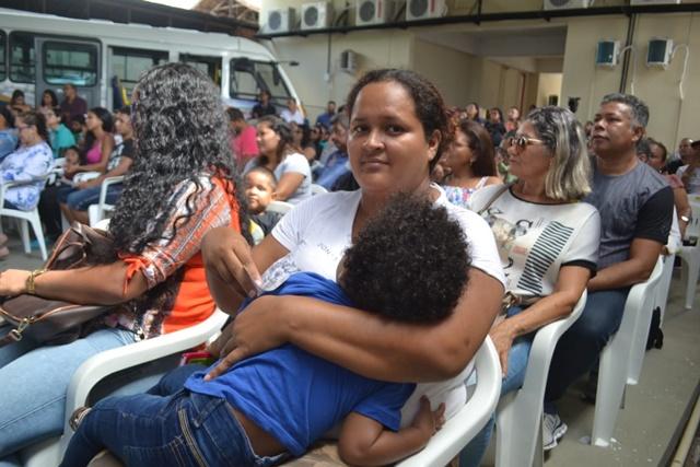"""""""Oportunidade para dar estabilidade aos filhos"""", diz dona de casa em lançamento do Janary Nunes"""