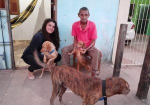 Recepcionista resgata das ruas idoso e cães abandonados