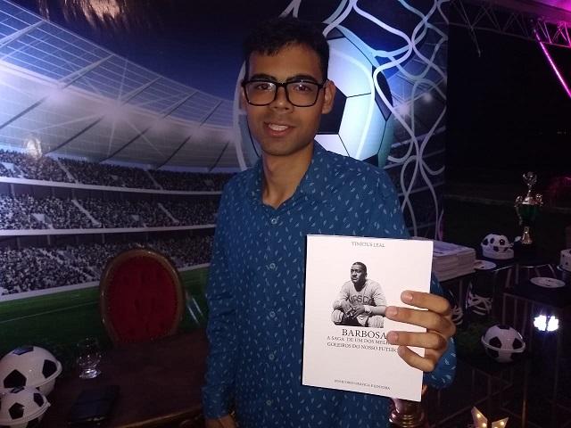No dia do Vasco, jovem amapaense lança livro sobre o goleiro Barbosa
