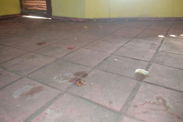 UNA: sede abandonada tem morador de rua e preservativos usados