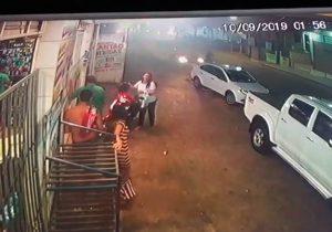 Carro em alta velocidade mata ciclista, e motorista é agredido