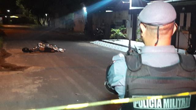 Motoqueiro mata a tiros assaltante que usava simulacro