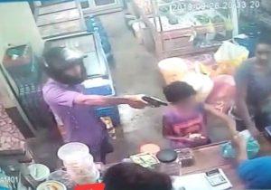 VÍDEO: Menino fica sob a mira de revólver em assalto