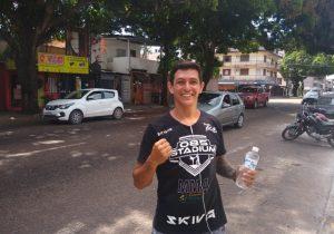 """Professor de artes marciais vende água em sinal: """"vergonha é não sustentar a família!"""""""