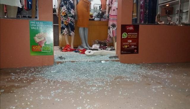 Morador de rua quebra vidraça para furtar loja