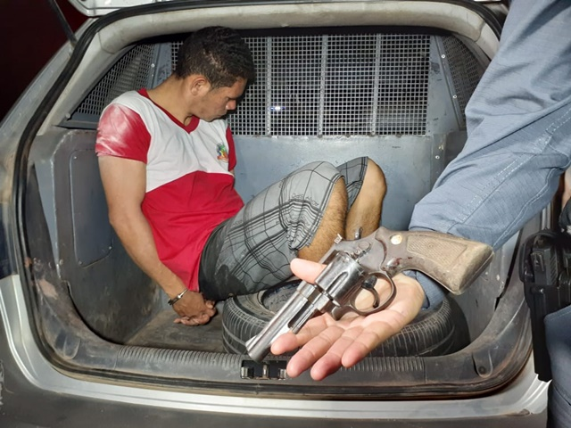 Após fazer a namorada refém por 2h, assaltante se entrega; ela também foi detida