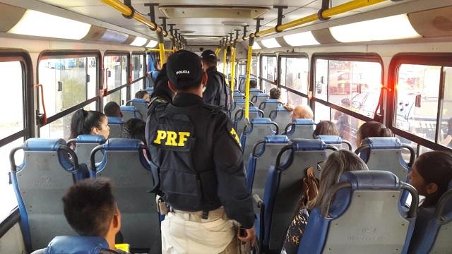 PRF mira assaltantes em ônibus e motos na BR-210