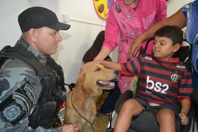 Cães do Bope auxiliam crianças em tratamento no Amapá