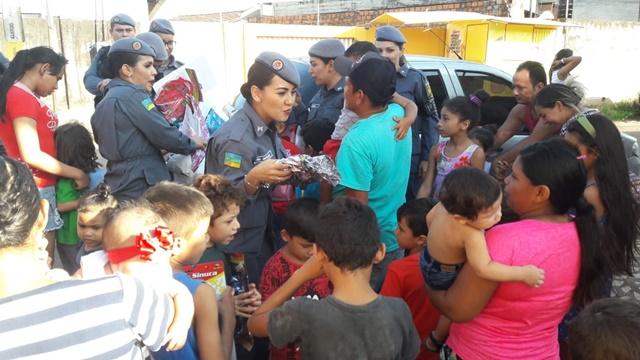 """Gesto pequeno que trará alegria"", diz policial ao entregar brinquedos no Mucajá"