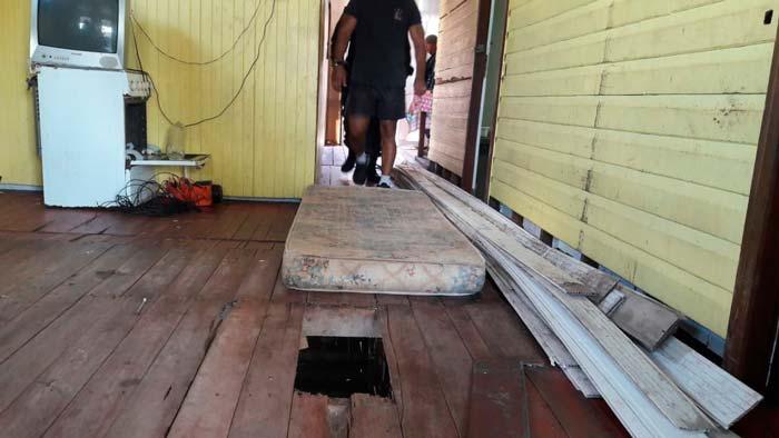 Tábua solta na sala revela esconderijo de drogas e munições em Macapá