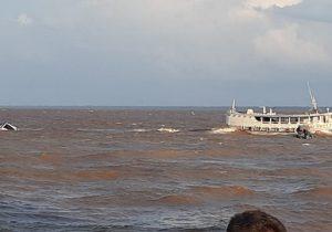 Embarcação madeireira naufraga na entrada do Canal do Jandiá