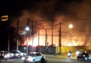 VÍDEO: incêndio em terreno assusta moradores no Stª Rita