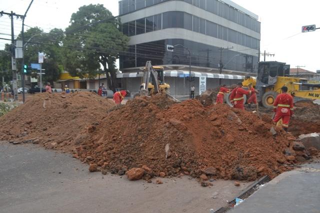 Moradores reclamam de vias fechadas para obras há mais de 1 mês