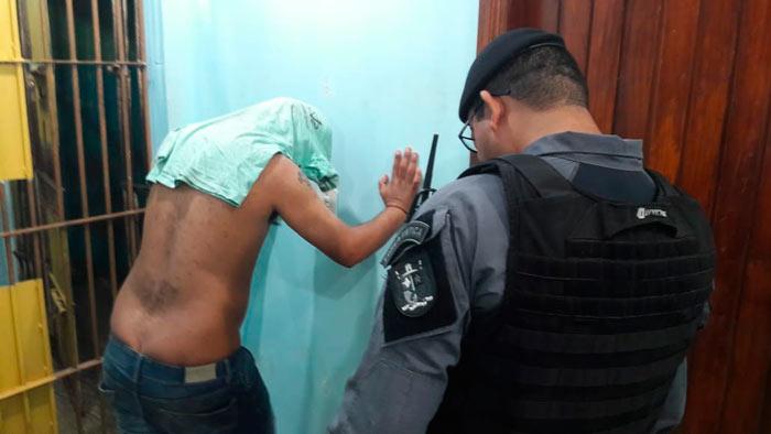Flagrado comemorando roubo, bandido tenta atropelar policiais no Amapá