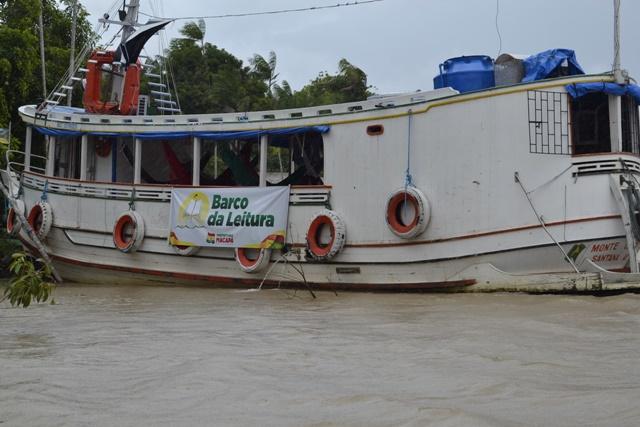 Barco da leitura percorre comunidades do Bailique