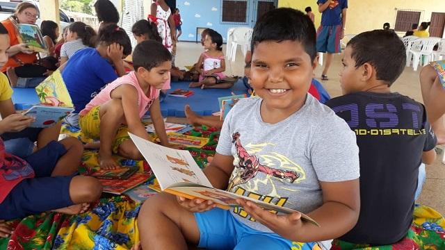 """""""Livro traz sabedoria"""", diz menino que ajuda colegas a aprender a ler"""
