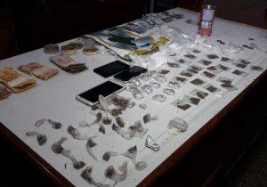 Patroa e funcionário do tráfico são pegos com 100 porções de drogas