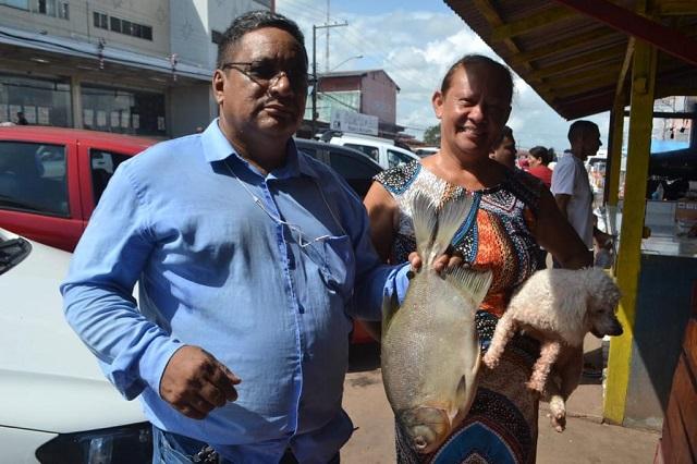 Amapaenses vão à feira comprar peixe e açaí para Ceia de Natal