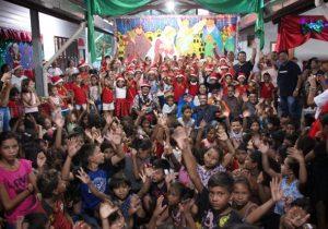 No Bailique, alunos da rede municipal recebem brinquedos em cantata