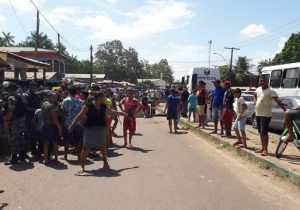 Revoltados após acidente com criança, populares bloqueiam rodovia em Macapá. VÍDEO