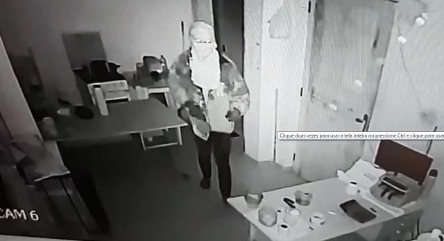 Ladrão encobre câmera durante tentativa de furto em lotérica. VÍDEO