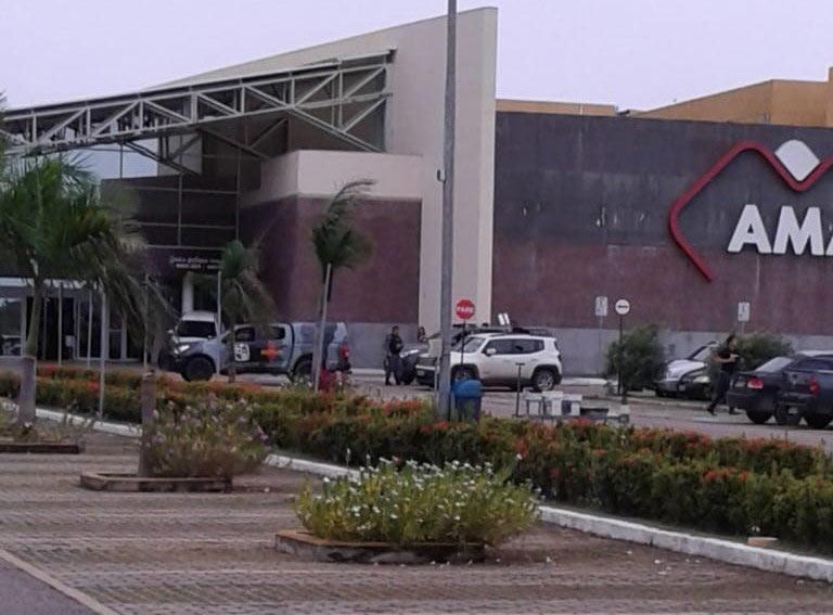URGENTE: Bandidos mantém reféns em shopping de Macapá