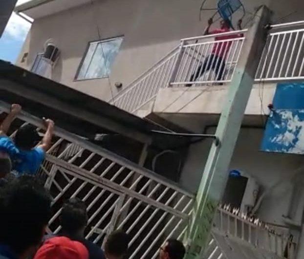 VÍDEO: Ladrão joga cadeira contra moradores, tenta fugir e é espancado
