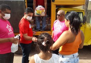 Informais impedidos de trabalhar recebem cestas e álcool de voluntários