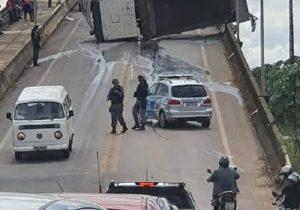 Caçamba vira na ponte do Matapi