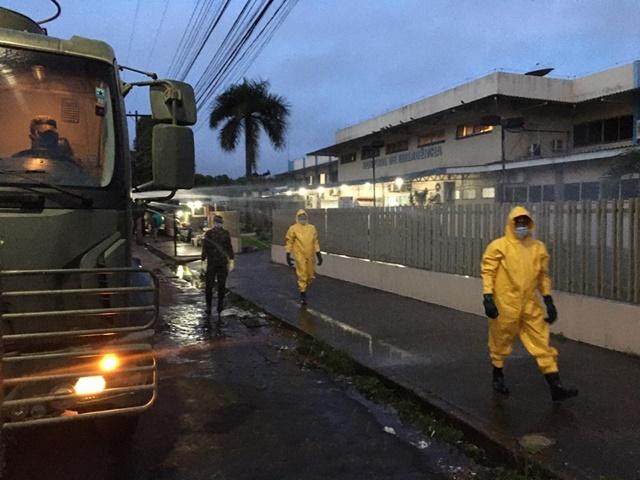 Exército faz desinfecção de hospitais, ruas e feiras em Macapá