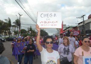 Contra feminicídio e violência obstétrica, mulheres marcham em Macapá