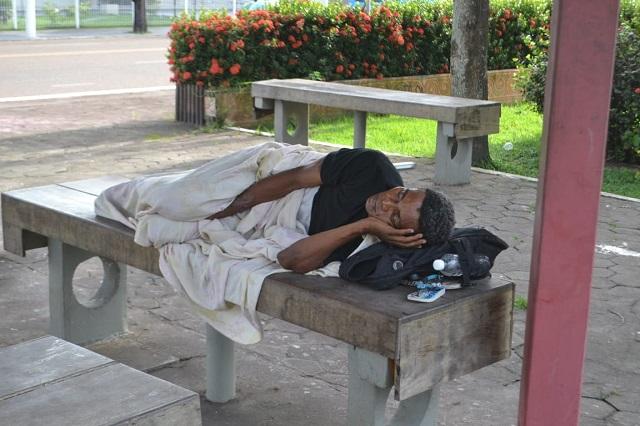 Covid-19: com medo do contágio e fome, moradores de rua aguardam providências em Macapá