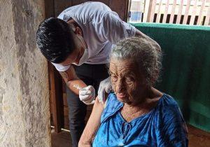 Influenza: Idosos são vacinados em casa em Pedra Branca