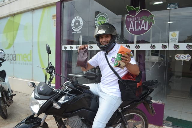 Delivery solidário: entrega de açaí é feita em troca de alimentos para doação
