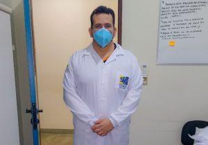 Curado da covid-19, diretor do Lacen retorna à linha de frente contra a doença