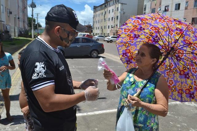 """""""Tinha dinheiro só pro açaí, pra máscara não"""", diz idosa ao receber doação"""