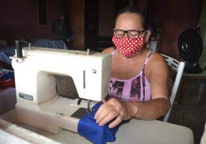 Após vencer câncer, idosa usa economias e fabrica máscaras para doação